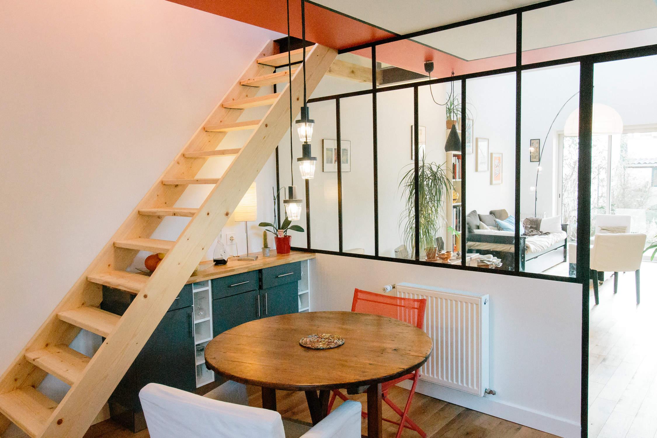 idée aménagement séparation d'espace cuisine, salle à manger et salon par une verrière et porte atelier d'artiste